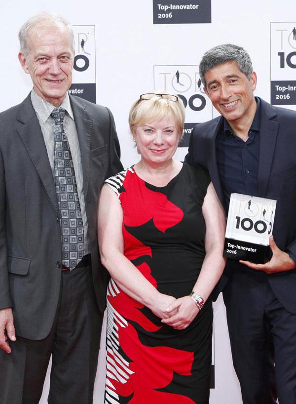 Beate und Axel Muntermann (MedTec Medizintechnik GmbH) mit Ranga Yogeshwar bei der Auszeichnung zum TOP-Innovator 2016