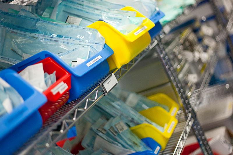 """Im """"Rein""""-Bereich entladen die Mitarbeiter die Reinigungsmaschine und prüfen alle Instrumente auf ihre Funktion"""