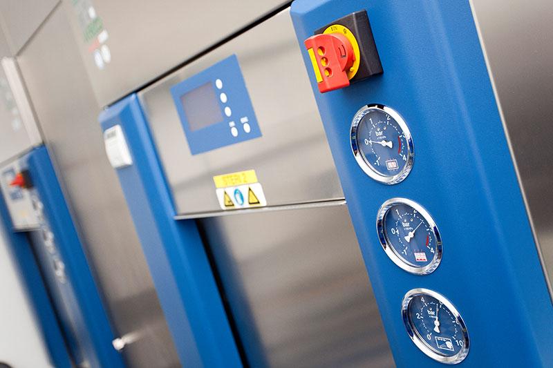Sterilisation in zwei Dampfdruck-Sterilisatoren der Firma WEBECO unter Chargendokumentation